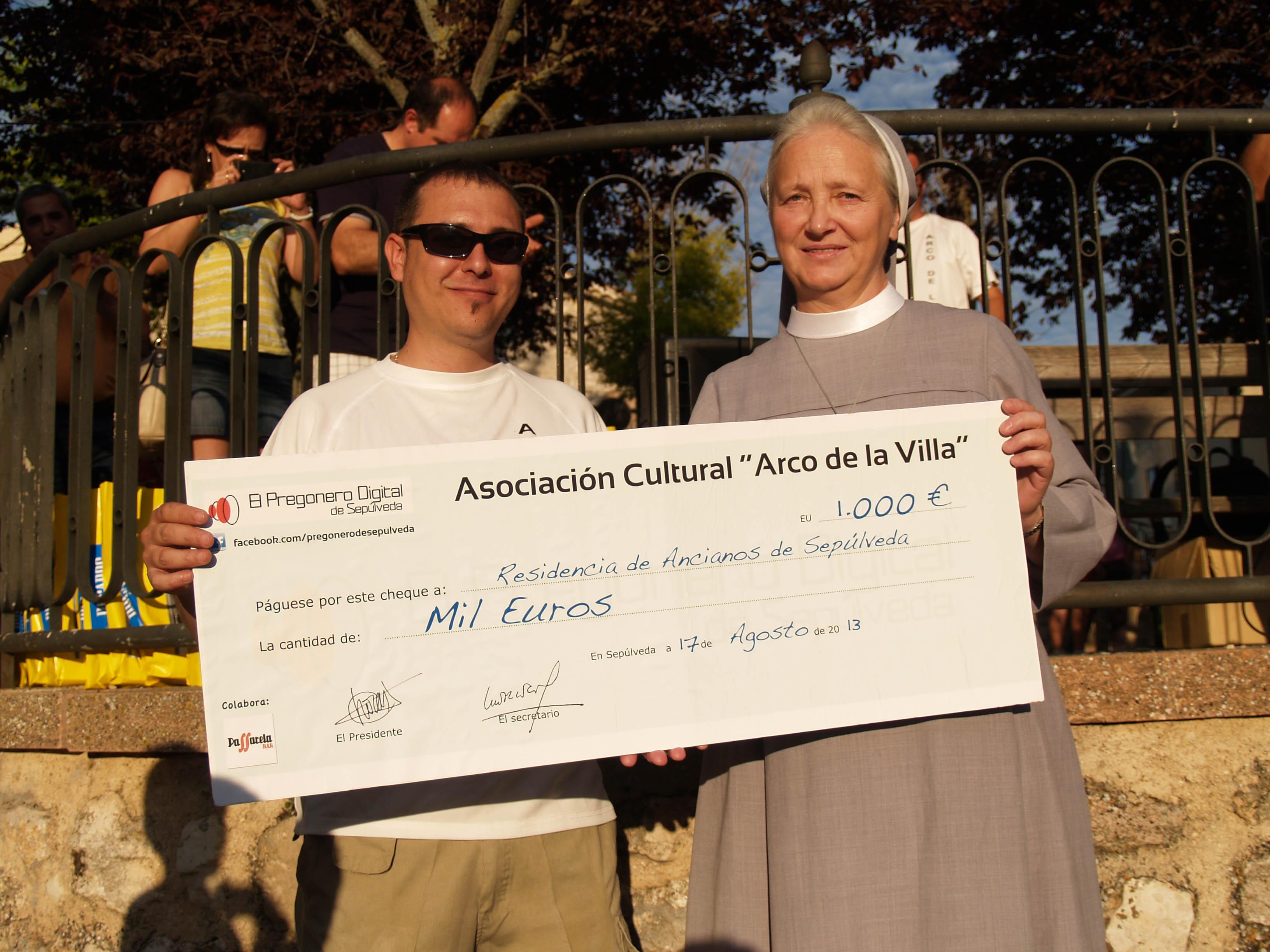 Alfredo García entrega el cheque de 1000 euros