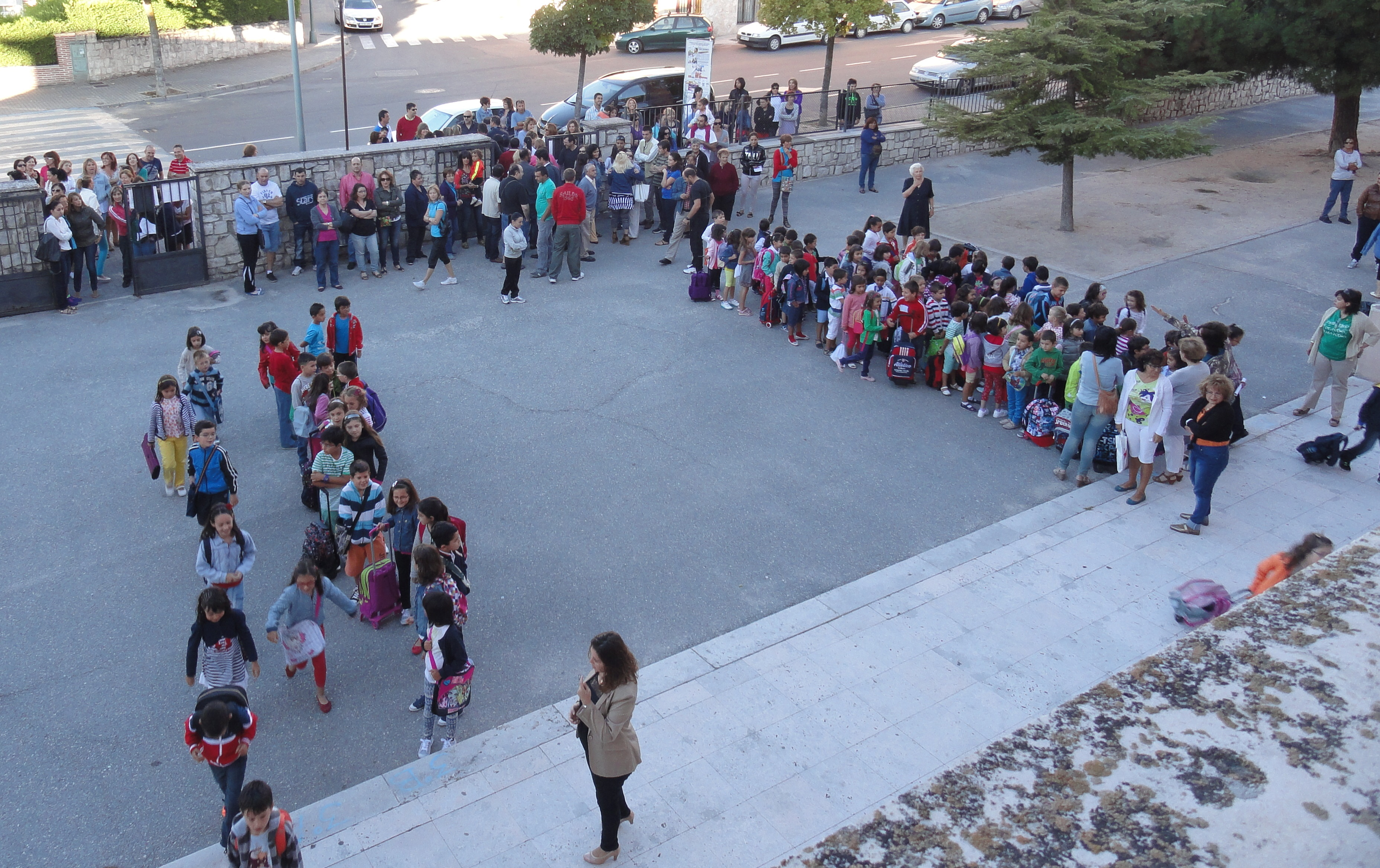 Los alumnos del CEIP Santa Clara de Cuéllar entran en el colegio. / C. SANCHO