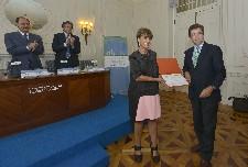 La concejala de Patrimonio y Turismo, Claudia de Santos, recogiendo el premio.