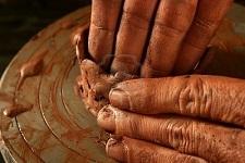 6987190-rojo-de-artesan-a-cer-mica-arcilla-ceramista-manos-trabajo-portarretrato-dedo