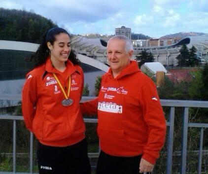 Sara con la medalla y su entrenador Antonio Requero