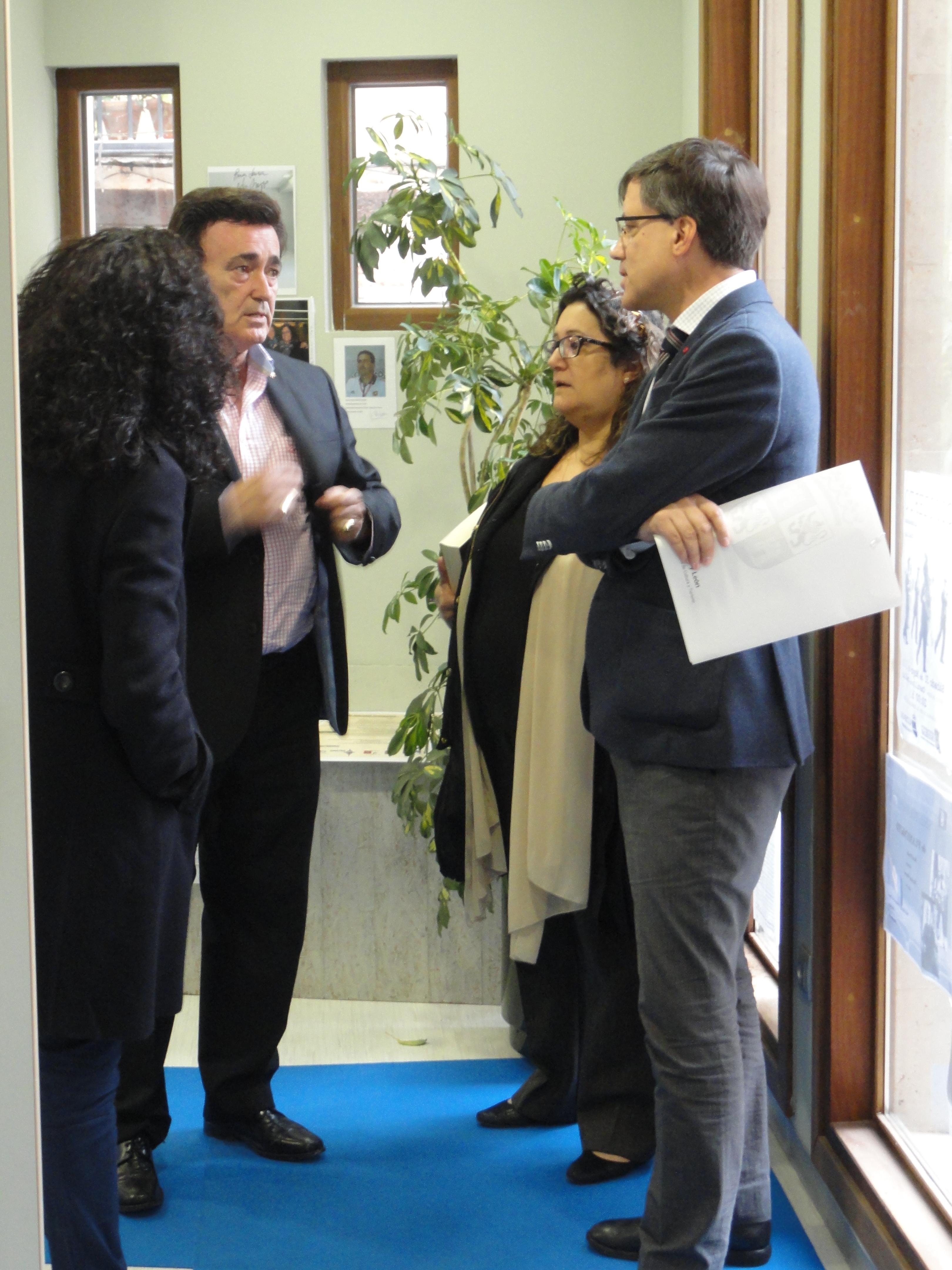 El alcalde de Cuéllar, Jesús García; la concejal de Cultura, Carmen Gómez y el director general de Patrimonio Cultural, Enrique Saiz. / C. SANCHO