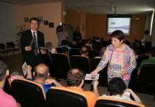 Clara Luquero entrega su programa electoral en braille
