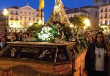 Los segovianos no faltan a su cita con la Virgen de la Fuencisla en su subida a la Catedral