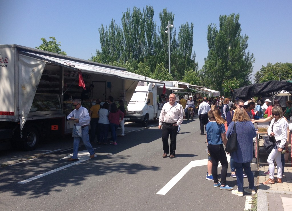 Dieciséis de los veintiún puestos ambulantes del Mercado de los sábados quieren volver a la Plaza de Carrasco