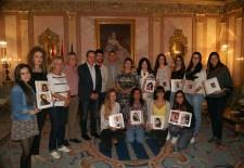 El Ayuntamiento entrega a las damas de las fiestas un álbum de recuerdo