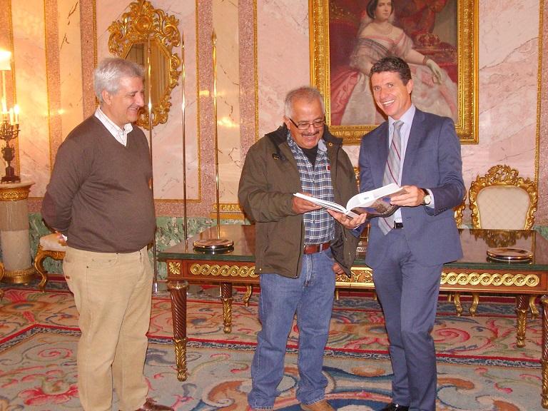 Ignacio Sáiz, presidente de Amycos, Rodrigo Aramayo, socio local de  Amycos en Bolivia, y Andrés Torquemada, concejal de Servicios Sociales, en el Ayuntamiento de Segovia