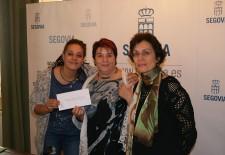 Laura Tabequia, en representación de ACNUR Segovia, Clara Luquero, alcaldesa de Segovia, y Marifé Santiago Bolaños, concejala de Cultura.